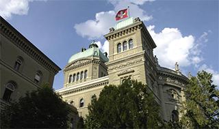 Lors du vote final, tant le Conseil des États, par 42 voix et 2 abstentions, que le Conseil national, par 195 voix contre 0, ont recommandé le rejet de l'initiative visant à interdire l'expérimentation animale et humaine. (©Parlement suisse)