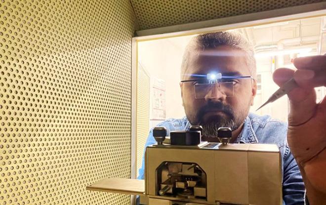 Empa researcher Peter Nirmalraj analyzes blood samples using atomic force microscopy (AFM). Image: Empa