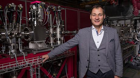 Luc Patthey, 56 ans, travaille depuis 1998 au PSI où il dirige le Laboratoire de photonique avancée. Il coordonne par ailleurs la construction de la ligne de faisceau Athos. (Photo: Institut Paul Scherrer/Mahir Dzambegovic)