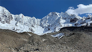 De nombreux glaciers de la région présentent des fronts abrupts et des débris en surface, de sorte que les modèles glaciaires conventionnels ne s'y appliquent pas correctement. Sur la photo: le glacier 24K, dans les monts Kangri Karpo, au sud-est du plateau tibétain, octobre 2019. (Photo: Marin Kneib)